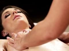 Stunning masseuse eat les